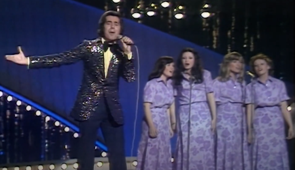 Romuald with four female backing singers