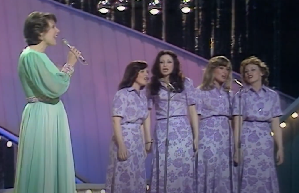 Ireen Sheer with four female backing singers in 1974